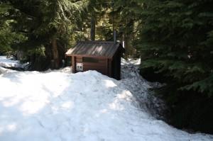 Plumsklo unter Schnee